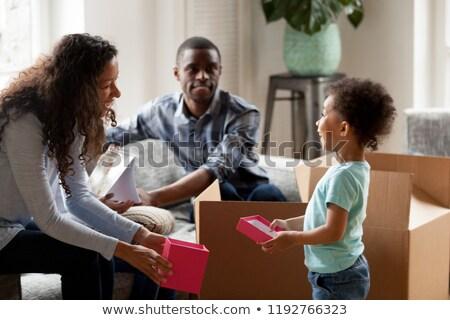 молодые · семьи · смеясь · кресло · красный · комнату - Сток-фото © Paha_L