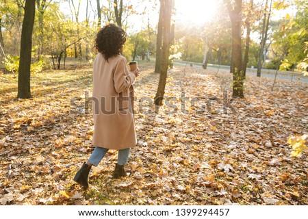 Ver de volta foto africano mulher jovem caminhada ao ar livre Foto stock © deandrobot