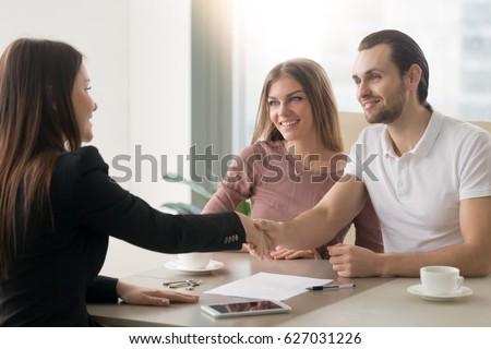 Foto stock: Feliz · corredor · de · bienes · raíces · reunión · cliente · nuevos · oficina