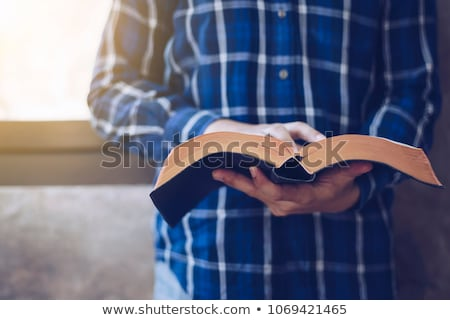 Czytania starej książki mężczyzna ręce vintage Zdjęcia stock © stevanovicigor