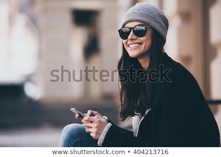 Oldalnézet mosolyog fiatal nő sms üzenetküldés ül hamburger Stock fotó © wavebreak_media