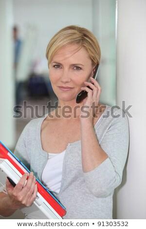 Stok fotoğraf: Ofis · çalışanı · evrak · konuşma · cep · telefonu · kadın