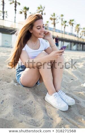 シニア · 女性 · 携帯電話 · 座って · ソファ · 笑顔 - ストックフォト © wavebreak_media