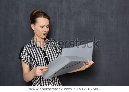 Bange zakenvrouw permanente mappen portret Stockfoto © deandrobot