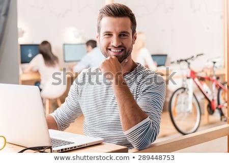 Feliz homem mão queixo olhando câmera Foto stock © wavebreak_media