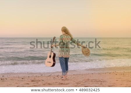 nő · szőke · haj · tart · gitár · visel · nagy - stock fotó © petrmalyshev