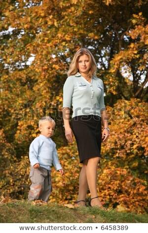 Rubio caminata hijo parque otono familia Foto stock © Paha_L