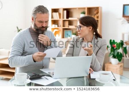 Töprengő szakállas férfi néz papír hallgat Stock fotó © pressmaster