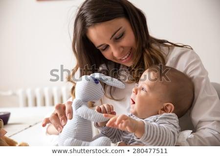Baby moeder spelen speelgoed cute jongen Stockfoto © leedsn