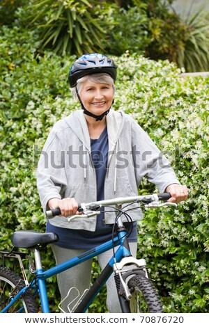 Rijpe vrouw lopen mountainbike glimlach berg fiets Stockfoto © wavebreak_media