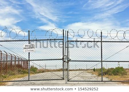 Arame farpado cerca concentração acampamento Foto stock © tarczas