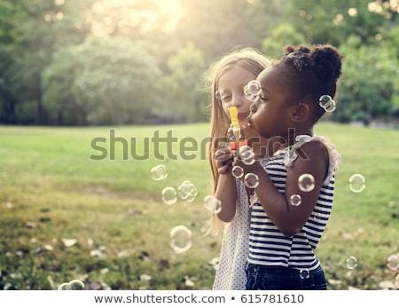 Csoport gyerekek buborékfújás szórakozás haj lányok Stock fotó © godfer