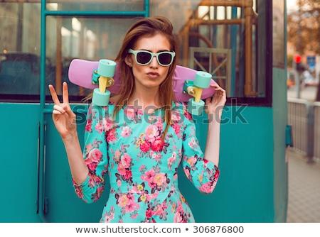 Fiatal barna hajú nő pózol gördeszka elegáns Stock fotó © deandrobot