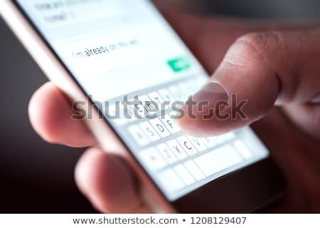 férfi · gépel · szöveges · üzenet · okostelefon · fekete · póló - stock fotó © andreypopov