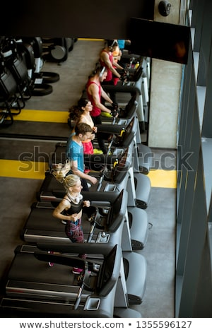 Superior vista jóvenes ejecutando moderna gimnasio Foto stock © boggy