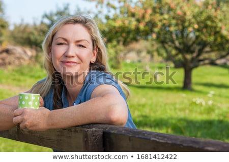 Milieu âge femme jardinier printemps jardin Photo stock © artush