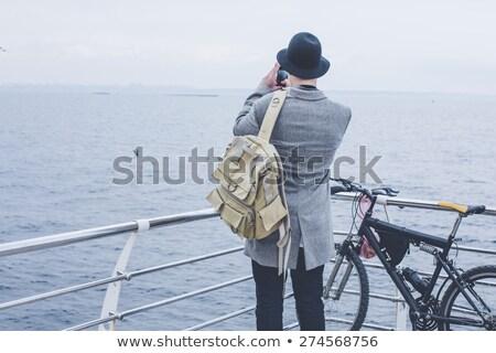 旅人 · 麦わら帽子 · 嘘 · リュックサック · ファッション · 頭 - ストックフォト © wavebreak_media