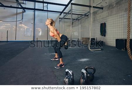Vista laterale concentrato sport donna crossfit esercizio Foto d'archivio © deandrobot
