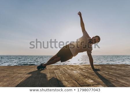 Jonge man training fitness buiten gras Stockfoto © Freedomz