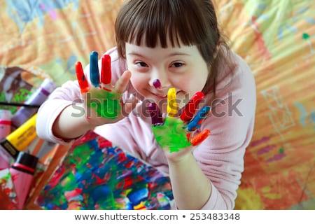 Sevimli küçük kız parmak boya dikey görüntü Stok fotoğraf © gewoldi