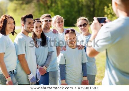 Groep vrijwilligers foto smartphone vrijwilligerswerk Stockfoto © dolgachov