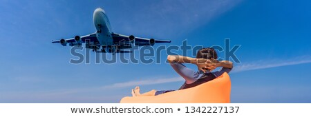 Homem turista diversão praia assistindo aterrissagem Foto stock © galitskaya