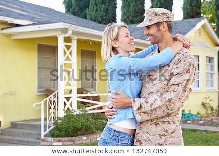 Hadsereg férj otthon búcsú ölel feleség Stock fotó © HighwayStarz