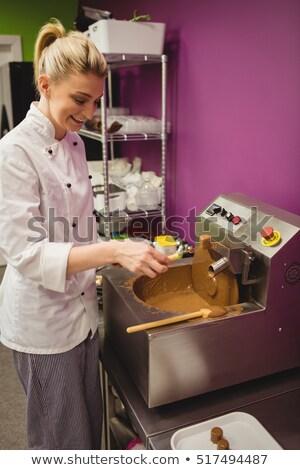 Trabalhador marshmallow chocolate máquina cozinha negócio Foto stock © wavebreak_media