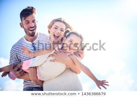 familia · feliz · dos · ninos · cielo · azul · bebé · sonrisa - foto stock © Paha_L