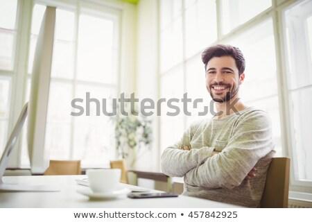Geconcentreerde jonge bebaarde zakenman vergadering kantoor Stockfoto © deandrobot