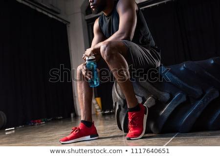 Starken Sportler Fitnessstudio Trinkwasser Bild schauen Stock foto © deandrobot