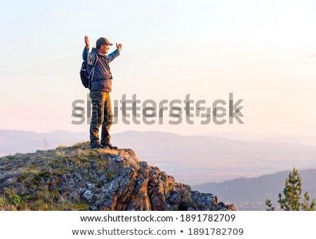 Férfi természetjáró áll kezek kiemelt erdő Stock fotó © wavebreak_media