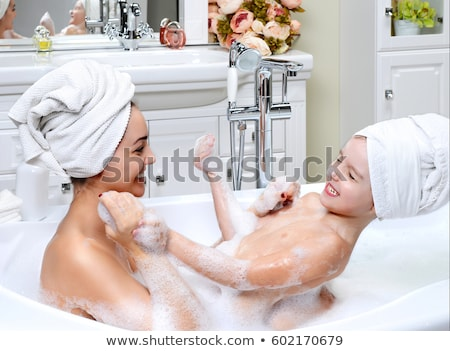 Foto d'archivio: Mother And Daughter Taking A Bath