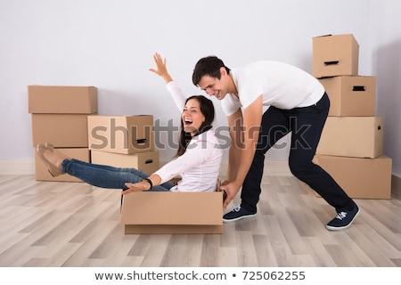 üzletasszony · felfelé · kartondoboz · fiatal · üzletasszony · iroda - stock fotó © dolgachov