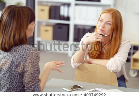 due · persone · incontro · di · lavoro · business · ufficio · donne · tavola - foto d'archivio © is2