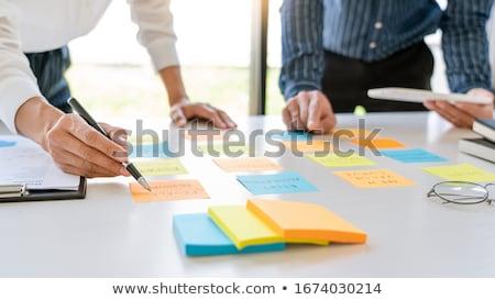 Jovem negócio trabalhadores notas adesivos lembrar Foto stock © snowing