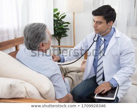 Sorridente médico pulso masculino paciente cama de hospital Foto stock © wavebreak_media