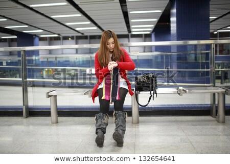 młoda · kobieta · czeka · metra · pociągu · metra · stacja - zdjęcia stock © lewistse