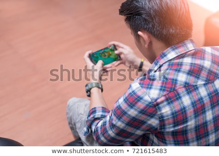 Man spelen mobiele video game smartphone moderne Stockfoto © stevanovicigor