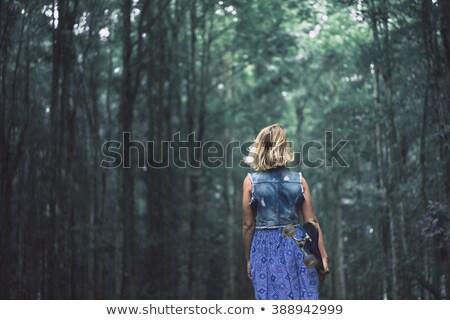 Piękna dziewczyna stwarzające tropikalnych lasu Zdjęcia stock © artfotodima