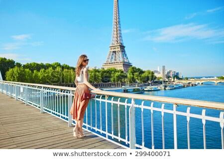 belo · jovem · turista · menina · Torre · Eiffel · feliz - foto stock © artfotodima