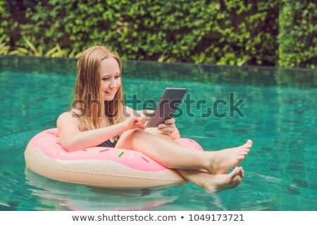 Jonge vrouwelijke freelancer tablet opblaasbare cirkel Stockfoto © galitskaya