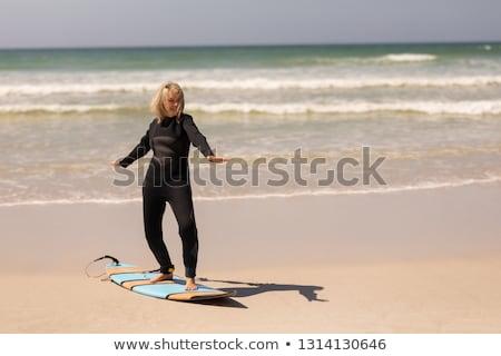 kobiet · surfer · plaży · wygaśnięcia · kobieta · niebo - zdjęcia stock © wavebreak_media