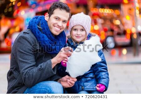 Familie kopen katoen snoep christmas markt Stockfoto © Kzenon