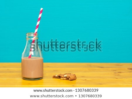 Glas melk fles half vol chocolade Stockfoto © sarahdoow