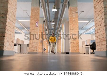 気楽な 従業員 ライディング スクーター オフィス 小さな ストックフォト © pressmaster