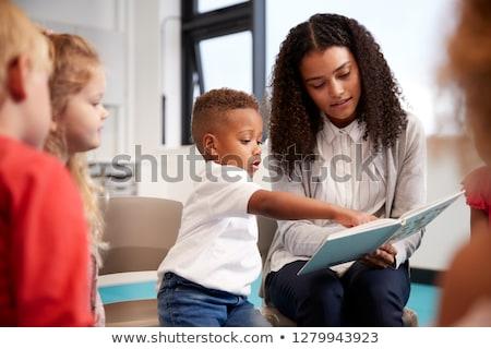 Vorderseite Ansicht Schülerin Lesung Buch Sitzung Stock foto © wavebreak_media
