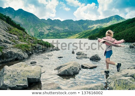 ver · de · volta · little · girl · saltando · pedra · menina · criança - foto stock © przemekklos
