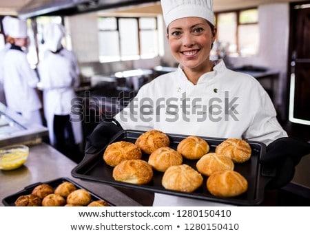 Női séfek tart sütés tálca tekercsek Stock fotó © wavebreak_media