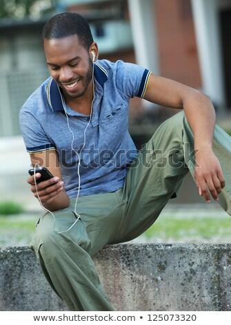 Vent luisteren mp3-speler telefoon mobiele telefoon glimlachend Stockfoto © Giulio_Fornasar